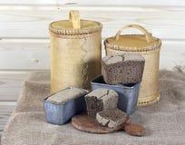 黑面包和白桦树皮调味汁 免版税图库摄影