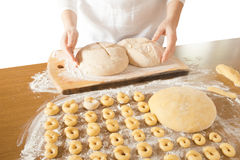 面包和百吉卷的被发酵的面团 库存图片