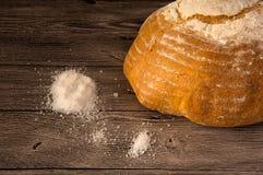 面包和盐在一张木桌上 免版税库存图片