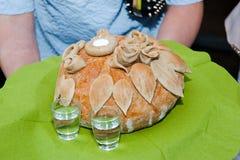 面包和盐-波兰婚礼传统 免版税图库摄影