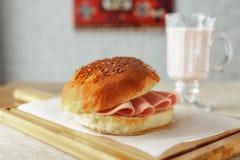 面包和稀薄地切的煮沸的香肠三明治  库存照片