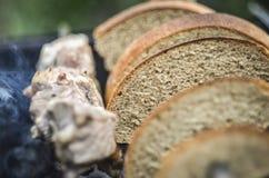 面包和肉在BBQ 免版税库存图片