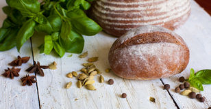 面包和蓬蒿在桌上 免版税库存图片