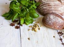 面包和蓬蒿在桌上 库存照片