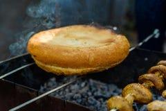 面包和蘑菇om bbq串 免版税库存照片