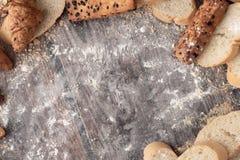面包和酥皮点心面粉在一张木桌上 免版税库存图片