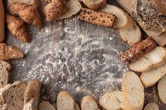 面包和酥皮点心面粉在木桌和拷贝空间 免版税库存图片