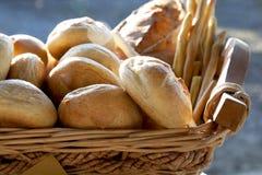 面包和面包棒在柳条筐 库存照片
