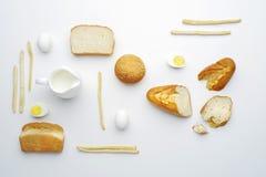面包和食物顶视图在白色背景 平的位置 库存照片