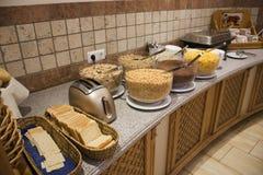 面包和饼干和多士炉烹调的和许多调味酥脆的玉米片 库存图片