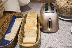 面包和饼干和多士炉烹调的在餐馆屋子里 免版税库存图片