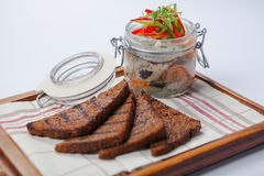 黑面包和鲱鱼在玻璃雀鳝 免版税库存照片