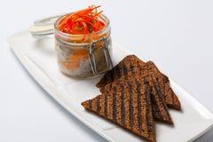黑面包和鲱鱼在玻璃雀鳝 免版税库存图片