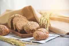 面包和麦子在桌上在厨房 免版税库存照片