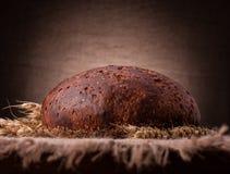 面包和黑麦耳朵静物画 库存照片