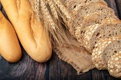 面包和wheatgrass在大袋 库存图片