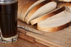 面包咖啡大面包被切的thumbler白色 免版税图库摄影
