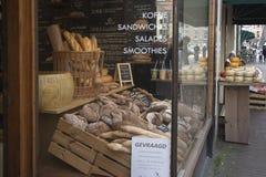面包商店的陈列室 在篮子的新鲜面包 免版税图库摄影