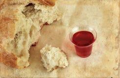 面包圣餐grunge大面包酒 库存图片
