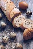 面包在一个土气样式的一张木桌上切 库存图片