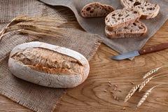 面包在木背景的 库存照片