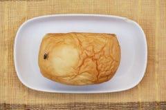 面包在木背景的 库存图片