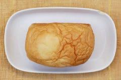 面包在木背景的 免版税库存照片