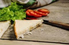 面包在桌上的沙拉蕃茄 库存图片