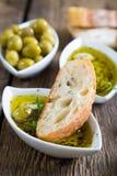 面包在橄榄油浸洗了用草本和香料 免版税库存照片