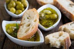 面包在橄榄油浸洗了用草本和香料 免版税图库摄影