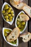 面包在橄榄油浸洗了用草本和香料 库存图片