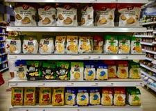 面包在百货商店的油炸马铃薯片产品 库存图片