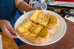 面包多士用可口的黄油和的糖 库存照片