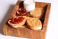 面包多士用果冻果酱和花生酱 免版税库存图片