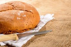 面包大面包和刀子的图象 图库摄影