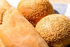 面包大面包和小圆面包的图象 免版税库存照片