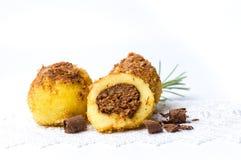 面包屑饺子用被隔绝的巧克力 免版税库存图片