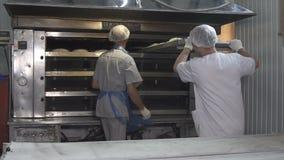 面包师装载面团入烤箱 慢的行动 影视素材