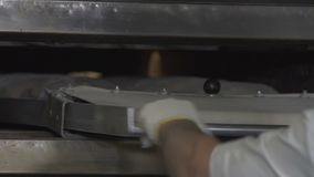 面包师装载面团入烤箱 影视素材