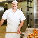 面包师面包店烘烤面包他的 免版税库存照片