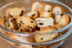 面包干用在透明板材的葡萄干;鲜美和滋补f 免版税库存图片