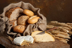 面包干酪葡萄酒 库存照片