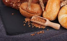 面包店、有壳的面包和小圆面包 分类被烘烤的面包 免版税库存照片