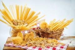 面包店产品分类用面包大面包、小圆面包、卷和丹 免版税库存照片