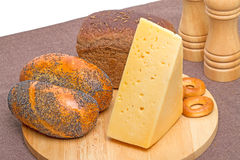 面包店产品和乳酪在切板 库存照片