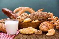 面包店产品和杯牛奶 库存图片