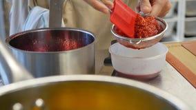 面包店和曲奇饼烹饪课  在小铲的草莓果冻 莓果果酱和小铲 免版税库存照片