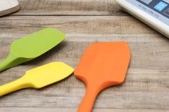 面包店和烹调在木桌上的工具硅树脂 免版税库存图片