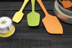 面包店和烹调工具有厨房计时的在木桌上 库存图片