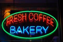 面包店咖啡霓虹灯广告 库存照片